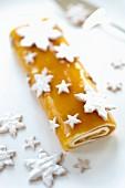 Mango-Bananen-Biskuitrolle mit Sternplätzchen zu Weihnachten