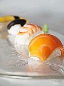 Verschiedene Sushi (Shrimps, Lachs, Ei, Unagi, Shiitake)