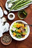 Stillleben mit Zutaten für Salat & Spargelgericht (Aufsicht)