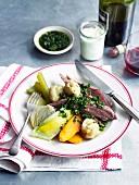 Gekocht Rinderbrust mit Klößen und Gemüse