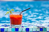 Ein Bloody Mary Cocktail beim Swimmingpool