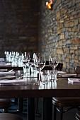 Gedeckte Tische in einem rustikalen Restaurant