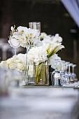 weiße Rosen, Hortensien und Orchideen als festliche Tischdeko
