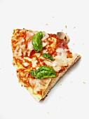 Ein Stück Pizza mit Champignons und Basilikum