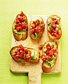 Avocado-Tomaten-Crostini