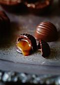 Schokoladenbonbon gefüllt mit salzigem Karamel