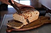 Frisch gebackenes Brot anschneiden