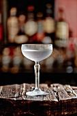 Ein Mezcal-Martini in einer Bar