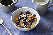 Cornflakes with blueberries and milk