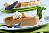 Pumpkin Pie (Kürbiskuchen, USA) mit Schlagsahne