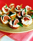 Canapés with figs, prosciutto and cream cheese