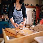 Frau bäckt Brot in der Küche