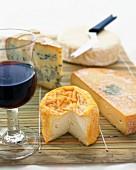 Käsestilleben mit Rotwein