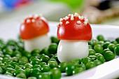 Fliegenpilze aus Ei und Tomate mit Erbsen