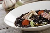 Schwarze Tolosa-Bohnen mit Chorizo, Speck und Schweineohren (Spanien)