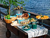 Mittsommer-Buffet auf einem Bootssteg am See (Schweden)