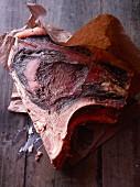 Trockenfleisch auf Papier