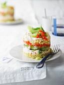 Pikante Schichtspeise mit Paprika-Frischkäse, Melone und Nuss-Couscous