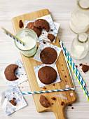 Schokoladenplätzchen und Milch