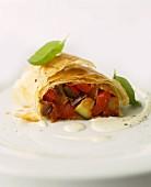 Gemüsestrudel mit Tomaten und Zucchini
