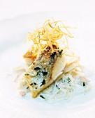 Gebratenes Fischfilet mit frittierten Zwiebeln