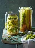 Salatgurken in Dill-Sherry-Sud und Feldgurken im Ingwersud