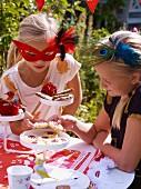 Zwei Mädchen auf einem Gartenfest