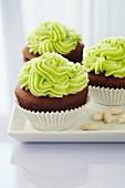 Schoko-Cupcakes mit Matcha-Topping
