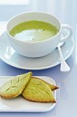 Matcha-Tee in Teetasse mit Matcha-Keksen in Blattform