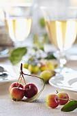 Zieräpfeln als Tischdekoration