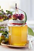 Apfelgelee im Glas, dekoriert mit Zieräpfeln