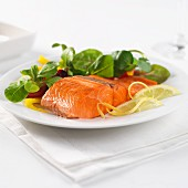 sockeye salmon with lemon and baby leaf salad