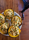 Eichelkürbisse gefüllt mit Quinoa, Feta & Pinienkernen
