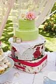 Nostalgische Kinderparty im Garten mit Tee, Kuchen und Gebäck