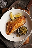 Gebratenes Fischfilet mit Relish