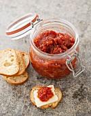 Tomatenmarmelade und Baguettescheiben