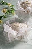 Weiss verzierte Cupcakes für eine Taufe