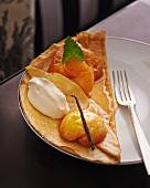 Crepe mit karamellisierten Äpfeln und Vanilleeis