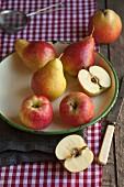 Äpfel und Birne in einer alten Schüssel