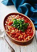 Baked Beans mit Feldsalat garniert