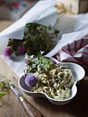 Butter mit Kräutern und Blüten