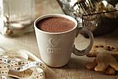 Eine Tasse Kakao und Lebkuchenmänner (weihnachtlich)