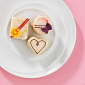 Petits fours with a spring theme on a plate (viewed from above)