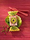 Herzhaftes Bonbon aus Schinken, Käse und Erbsen