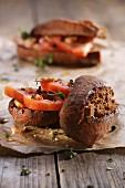 Brötchen mit Tomaten und Thymian