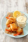 Deep-fried prawns in filo pastry with dip