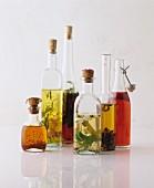 Verschiedene aromatisierte Öle in Flaschen