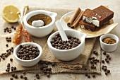 Piment (ganz und gemahlen), Zimtstangen, Kandiszucker und Lebkuchen