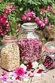 Verschiedene getrocknete Rosenblütenblätter in Aufbewahrungsgläser