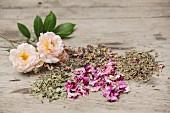 Getrocknete Kräuter und Rosenblütenblätter für einen Frauen-Gesundheitstee